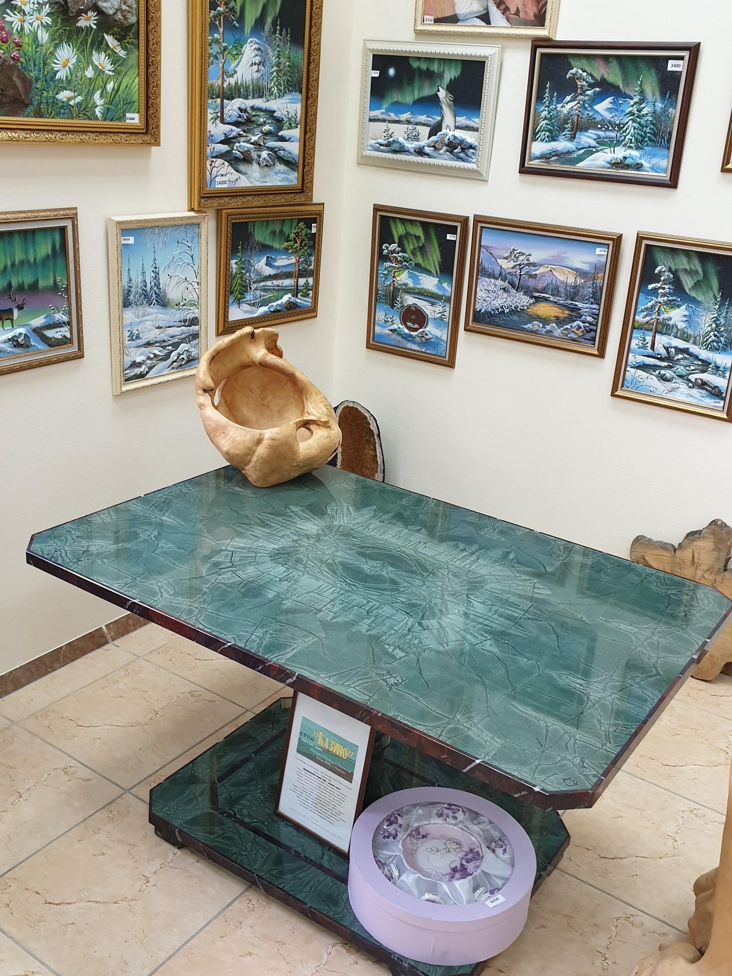 Съездила в Апатиты, в сувенирный магазин. Вот и тингуаит в полированном виде. Столик такой, по слухам, стоит порядка миллиона.
