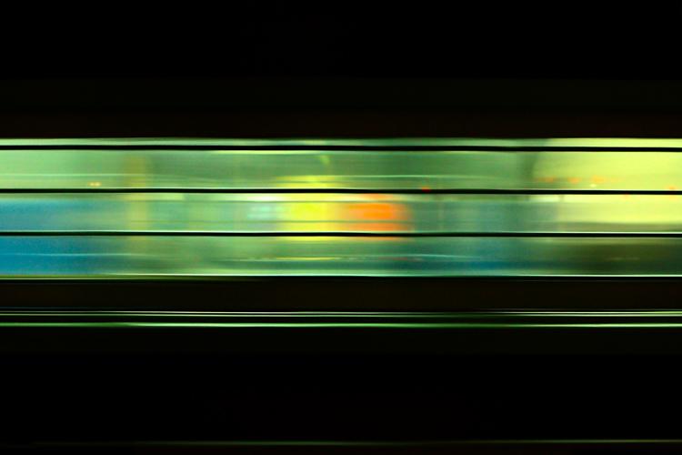 Индийский поезд на трассе - свет окна