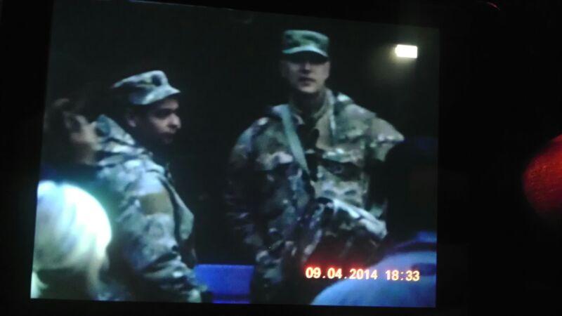 Englisch sprechende Soldaten koordinieren die reaktionären Polizeieinsätze