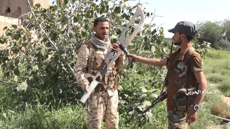Боец хуситов держит трофейный меч для обезглавливания.