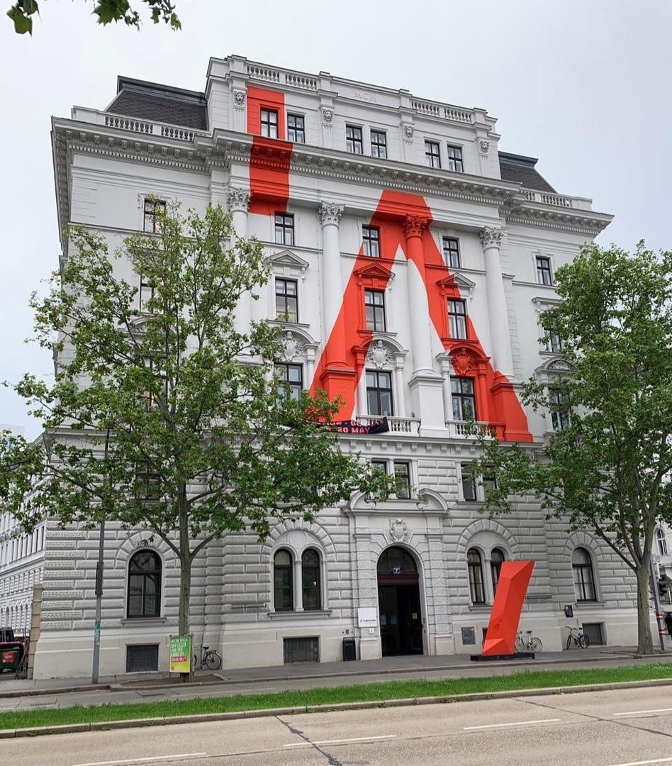 Фасад в Вене — из фотоальбома вК-страницы Ивана Демидова https://vk.com/photo590791750_457241486
