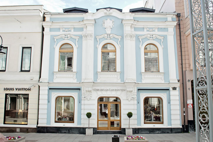 Привычный облик фасада наверняка был утверждён в колористическом паспорте здания. Информация должна храниться в Москомархитектуре и в обязанности собственников или арендаторов -  следовать утверждённым документам по историческому облику района.