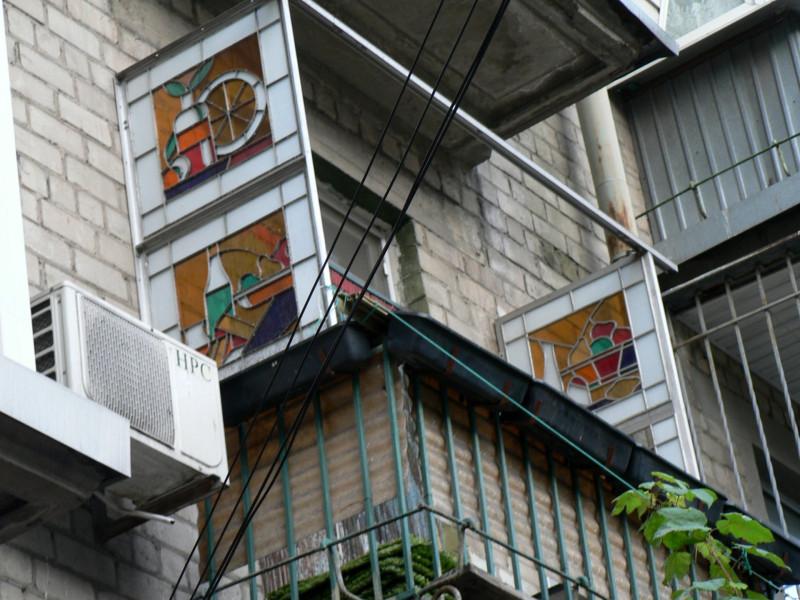 Мне неизвестно где расположен этот дом (фото из сетевых репостов сохранил на своей страничке в альбоме о стекле https://vk.com/album386100810_260992566 )