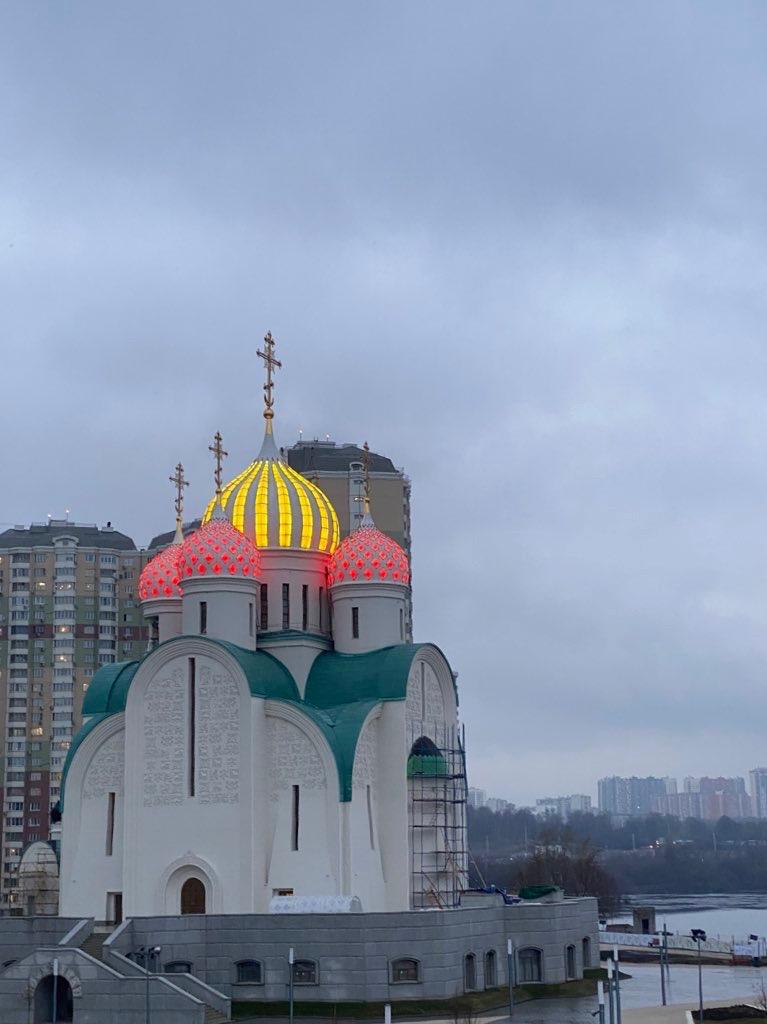 шайтан-светильник вместо храма (Никольский Храм в Павшинской Пойме) в Москве, у метро Мякинино
