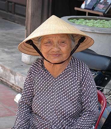 Надеюсь, что это действительно китайская бабушка. Хотя головной убор наводит мысли о Вьетнаме...