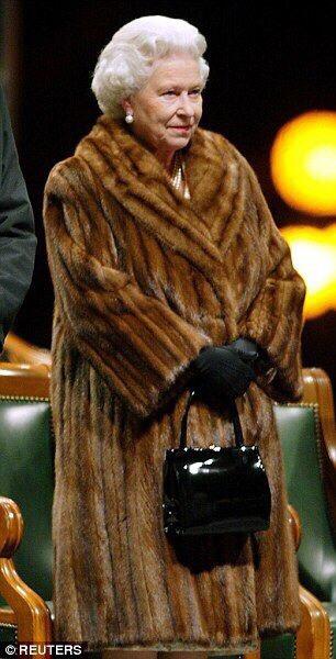 Официально: Елизавета II отказывается от натурального меха.