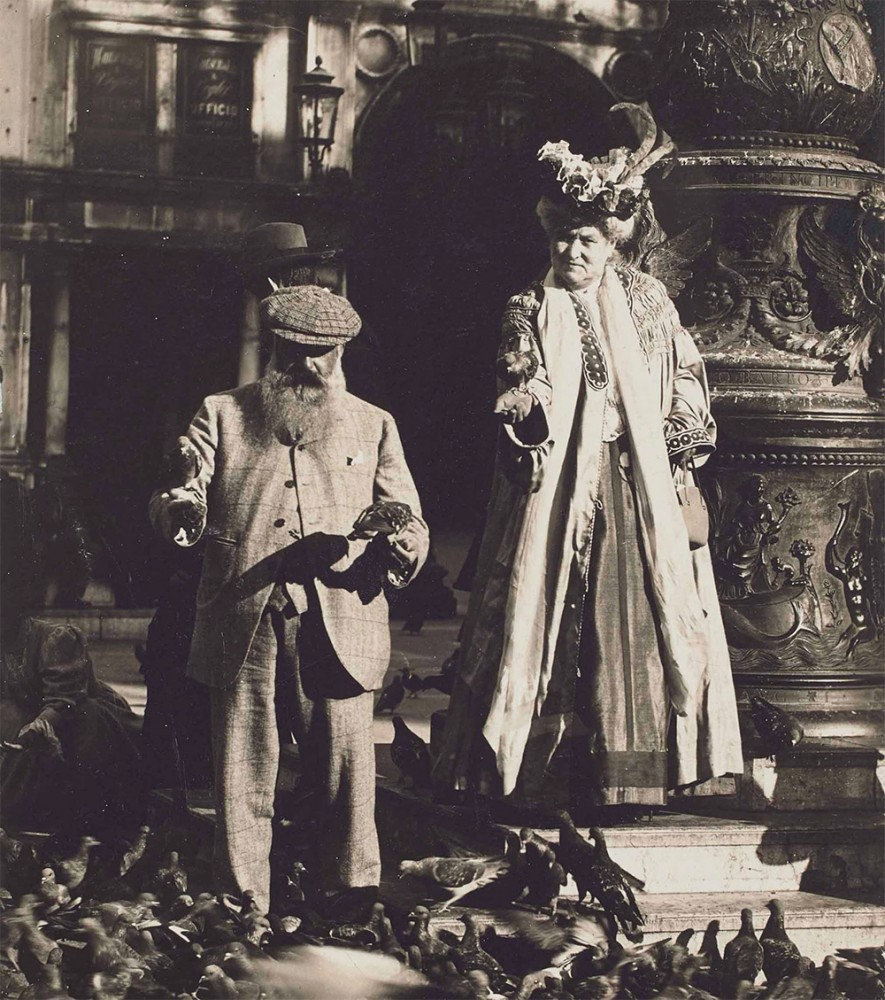 "Anonymous, ""Claude Monet and his second wife Alice Hoschedé Monet in St. Mark's Square, Venice"", October 1908 Фрагмент фотографии."
