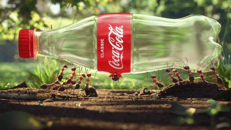 "Рекламная кампания Кока-Колы об утилизации пластика для их бутылок. ""Coca-Cola is pushing a big sustainability message in its latest marketing campaign."" Image / YouTube"