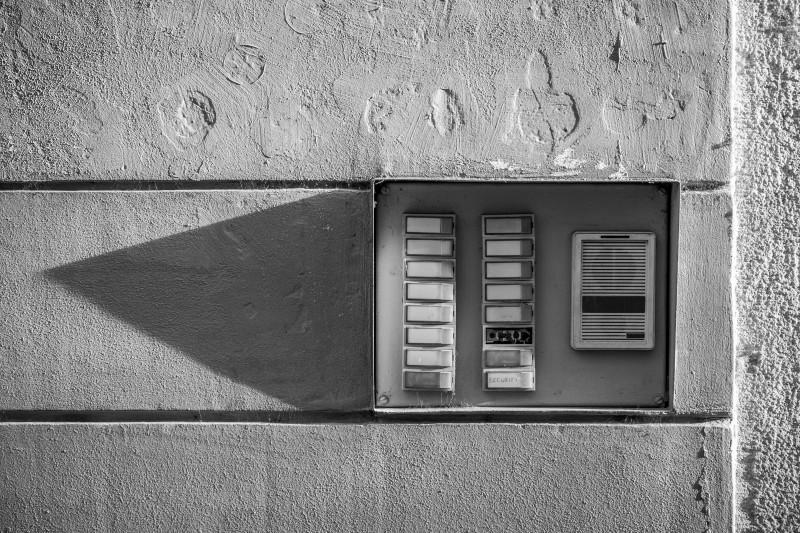 В белое поле на звонке обычно вставляется бумажка с именем жильца. Photo by Michal Matlon on Unsplash.