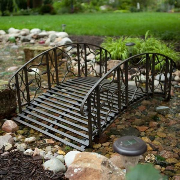 Декоративный мост в саду