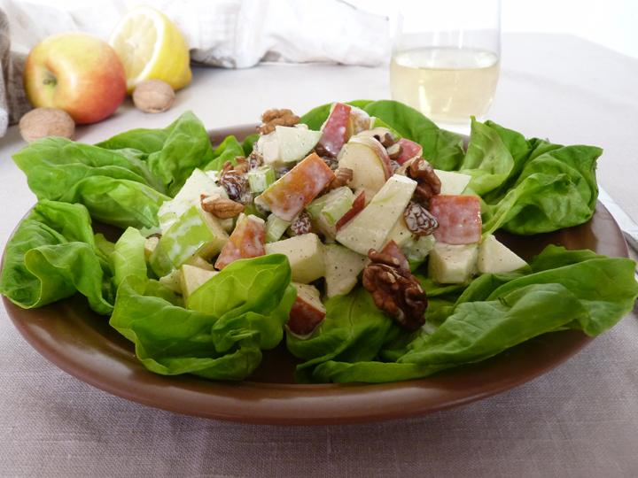 Салат с яблоком и сельдереем и грецкими орехами