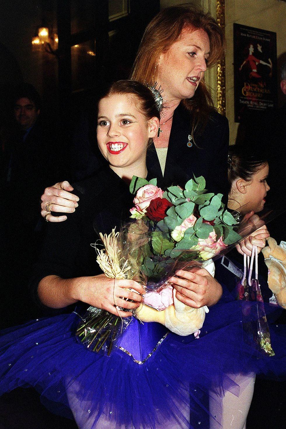 Герцогиня Йорская с дочерьми на благотворительной пантомиме «Дети в кризис» в Королевском театре.
