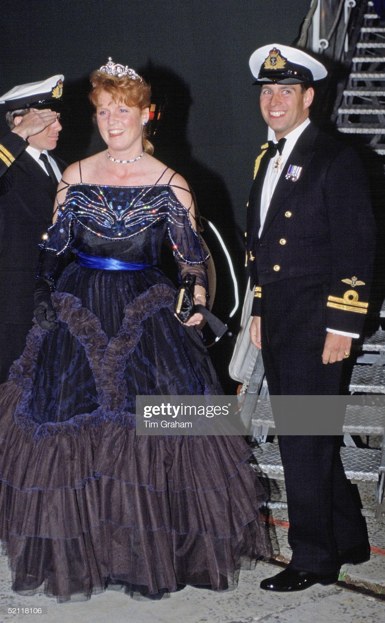 СИДНЕЙ, АВСТРАЛИЯ. 1 ОКТЯБРЯ 1988 г. Герцог Йоркский (принц Эндрю) и герцогиня Йоркская (Сара Фергюсон) присутствуют на обеде военно-морского персонала в Сиднее.
