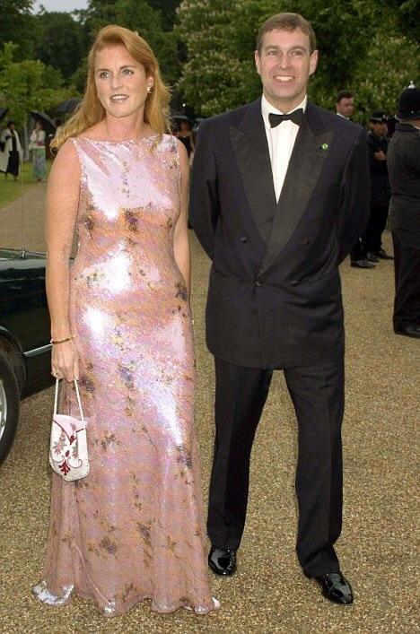 Несмотря на то, что к этому моменту они развелись четыре года назад, Эндрю и Сара все еще присутствовали на официальном мероприятии вместе. Здесь пара выступила в качестве близких друзей на торжественном гала-ужине и благотворительном аукционе в Серпентин-Галерее в Кенсингтон-Гарденс, 2000 год.
