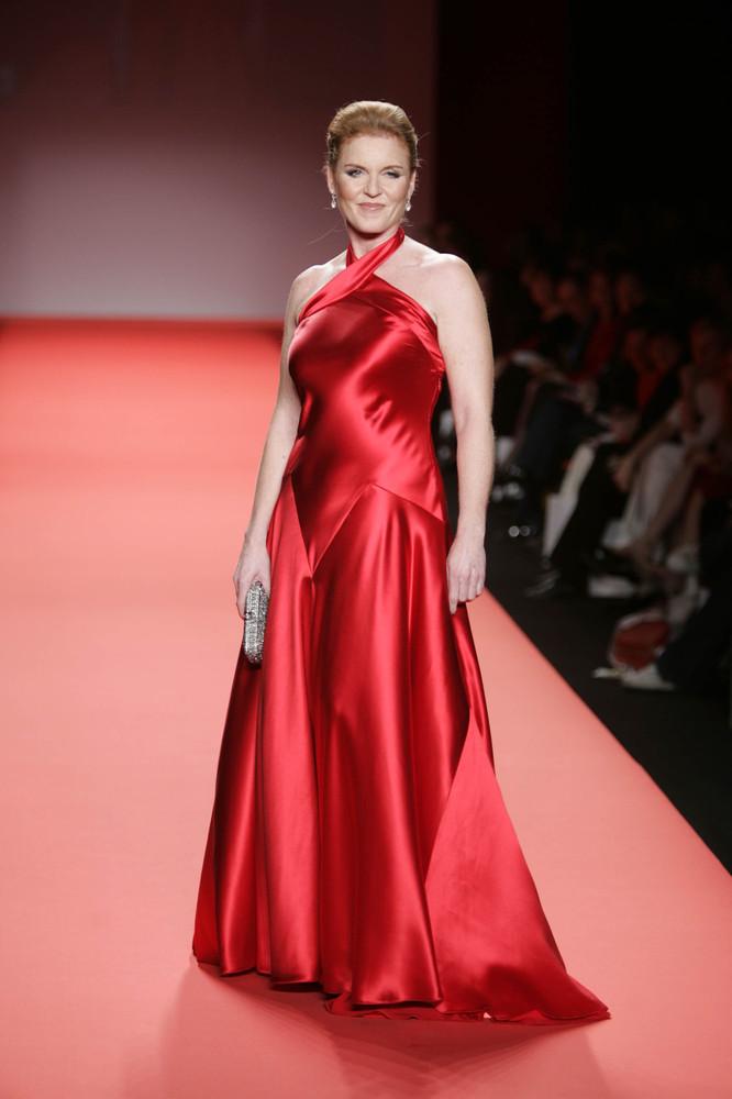 Сара Фергюсон идет по подиуму в коллекции Красного платья Heart Truth в рамках Недели моды Olympus в Брайант-парке 4 февраля 2004 года в Нью-Йорке.