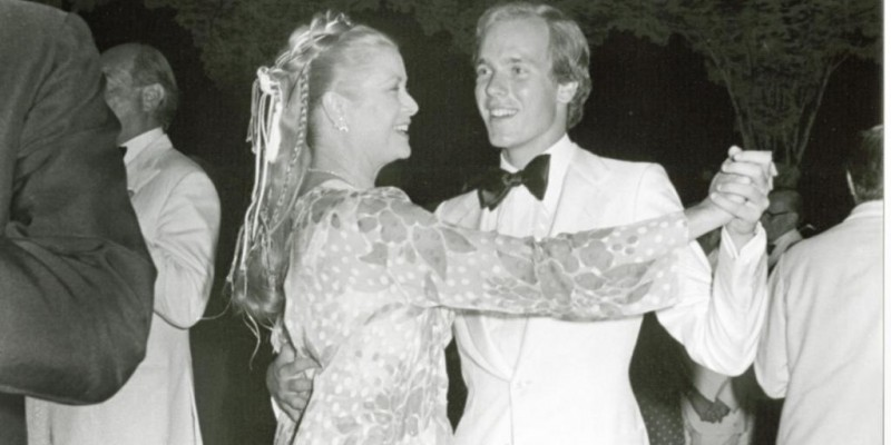 Принцесса Грейс танцует со своим сыном принцем Альбертом на балу роз. 1978.