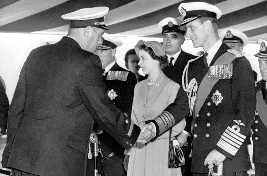 Королевская чета приветствует советского командира корабля.