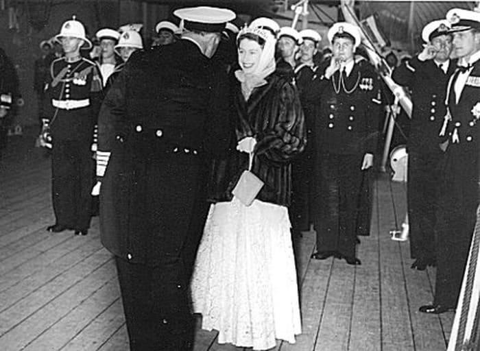 Капитан Рудаков преподнес королеве в подарок горностаевую мантию | Фото: moremhod.info Источник: https://kulturologia.ru/blogs/131119/44655/