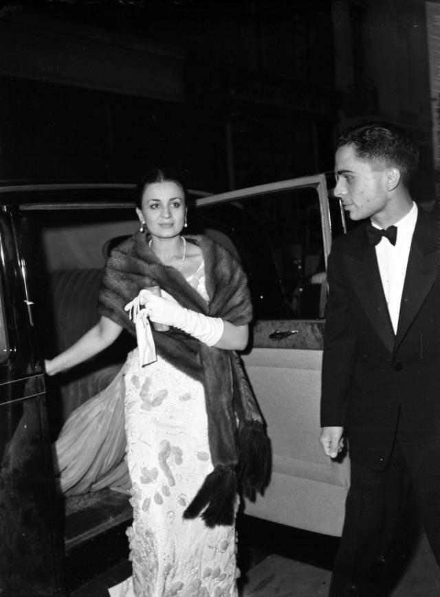 Принцесса Дина Абдул Хамид (1929 - 2019) со своим первым мужем королем Иордании Хусейном ибн Талал (1935 - 1999). И, соответственно, король со своей первой женой. Всех у него было четыре.
