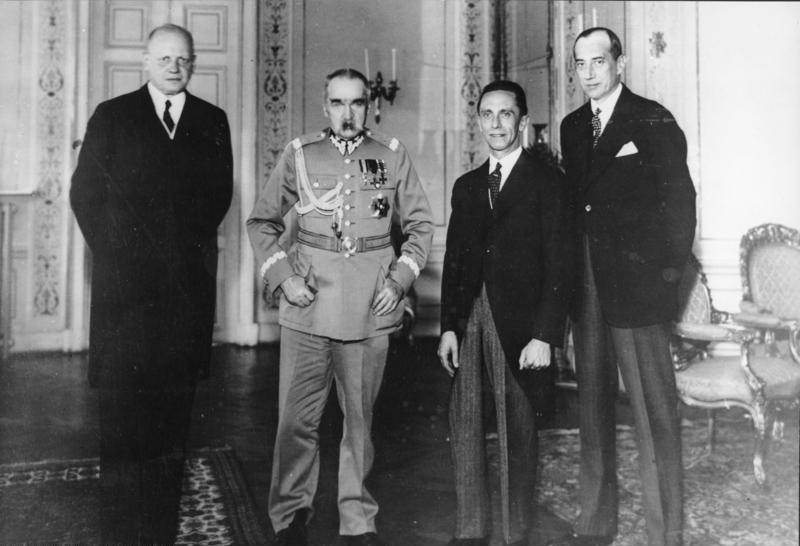 Bundesarchiv_Bild_183-B0527-0001-293,_Warschau,_Empfang_Goebbels_bei_Marschall_Pilsudski