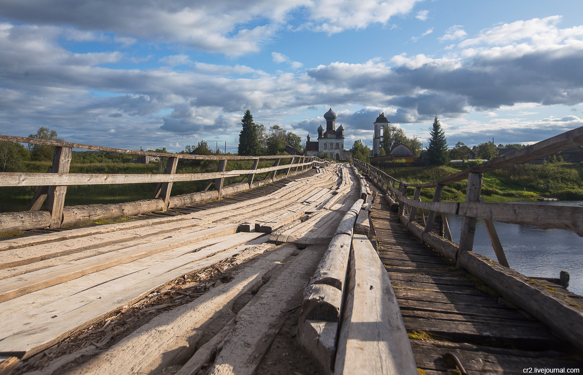 Архангельская область. Танцующий мост в деревне Измайловская на Кене