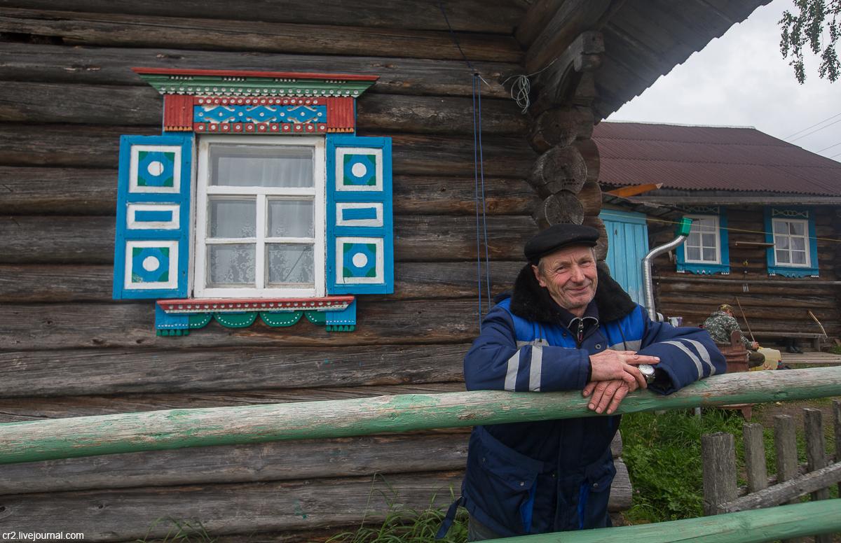 Архангельская область. Деревня Рыжково: расписные наличники и часовня с исписанными дверьми