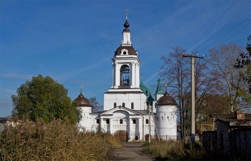 Восстановленная надвратная Никольская церковь постройки конца 17-го века. Моё фото 2011 года
