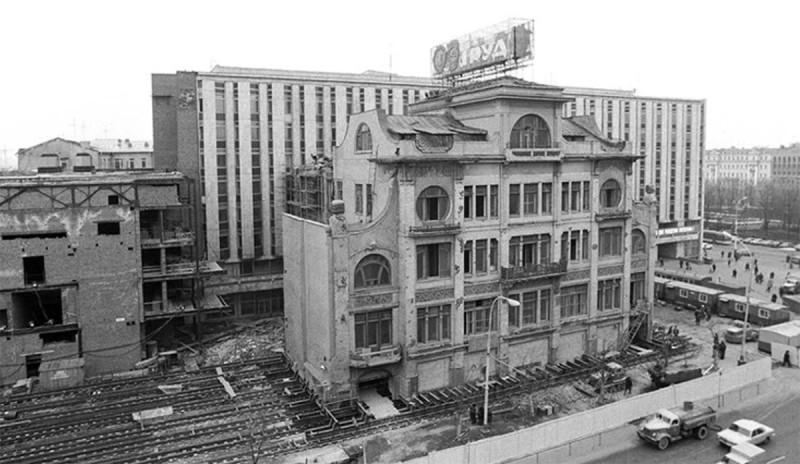 Перемещение дома Сытина на Тверской. Москва, апрель 1979 года. Фото из открытых источников
