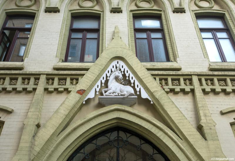 Единорог на бывшем доходном доме Московского акционерного общества в Нащокинском переулке. Москва