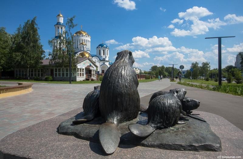 """Часть скульптуры """"Семейство бобров"""" в """"Парке Света"""" в Бибирево. Москва"""
