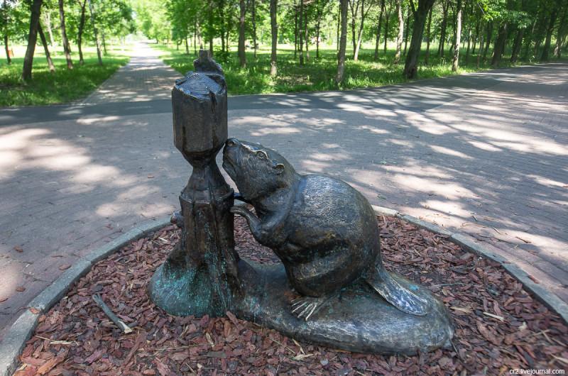 Памятник бобру в парке у Яузы. Москва