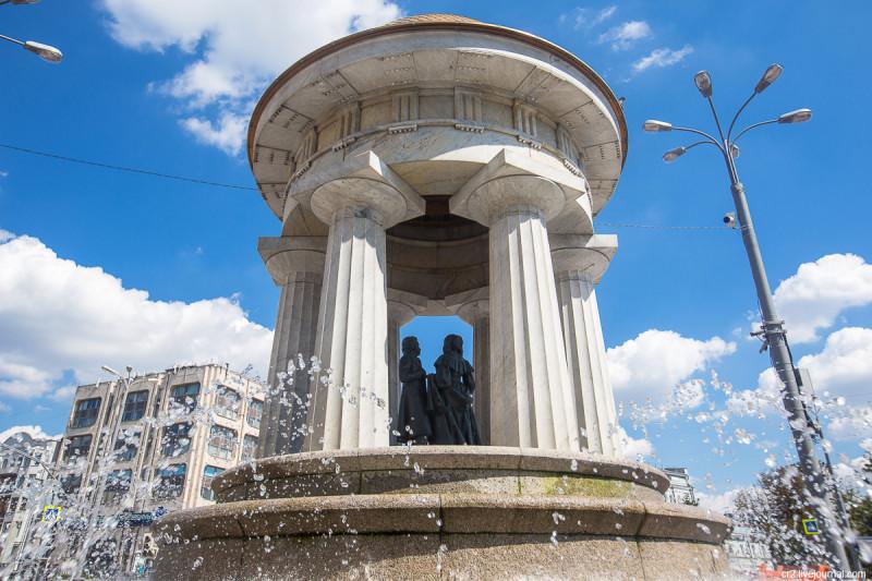 "Фонтан ""Наталья и Александр"" на площади Никитские Ворота. Москва"