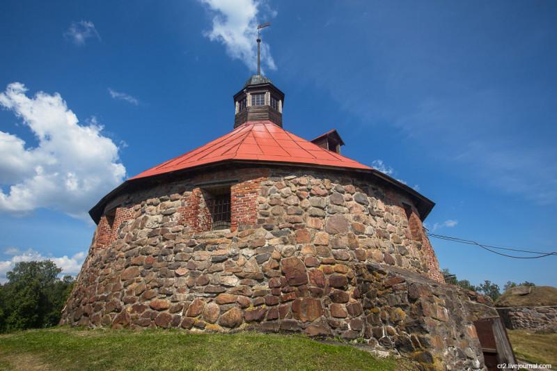 Единственная сохранившаяся башня крепости Корела (Кексгольма). Приозерск, Ленинградская область