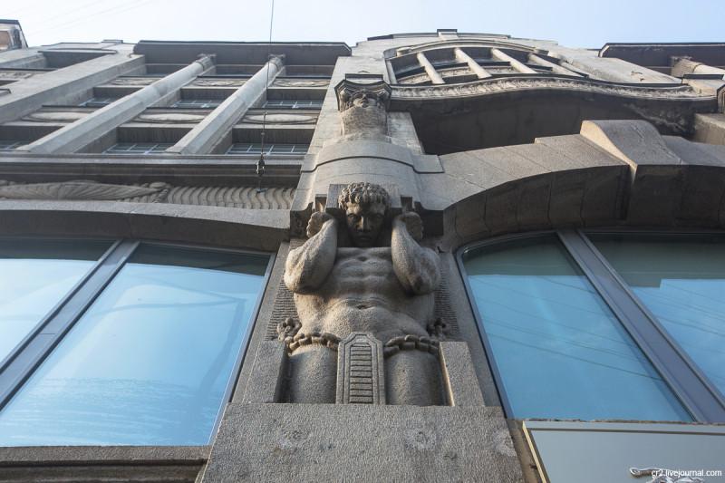 Атлант на здании Большого театра кукол. Санкт-Петербург