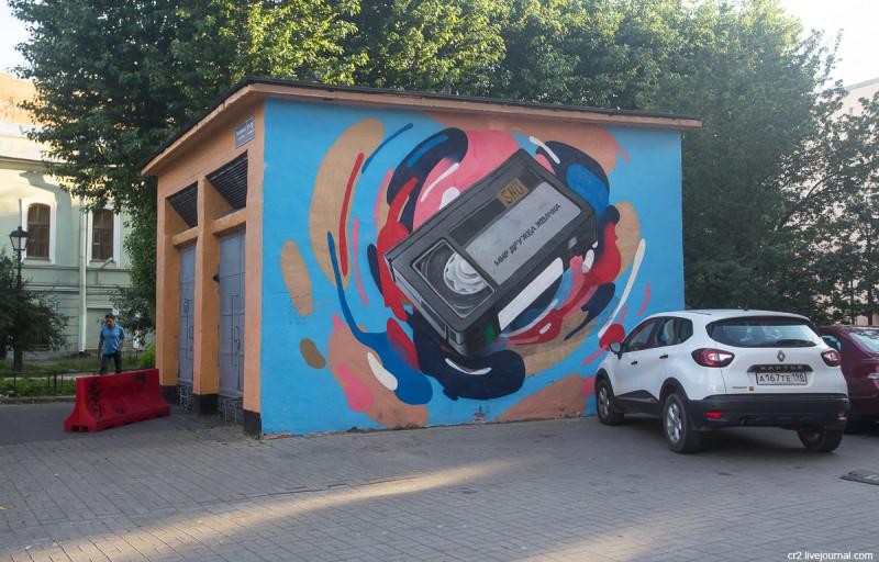 Расписанная будочка у сквера Дружбы на Литейном проспекте. Санкт-Петербург