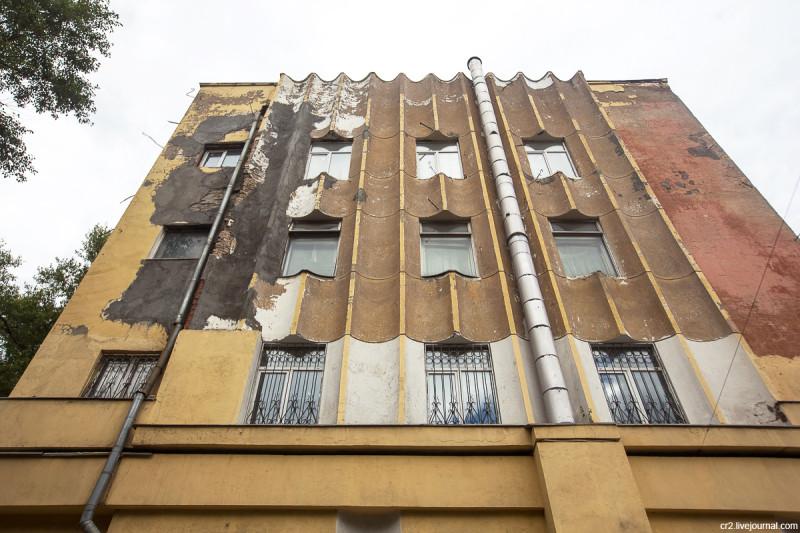 Необычное по форме здание - Гараж Госплана на Авиамоторной улице. Москва