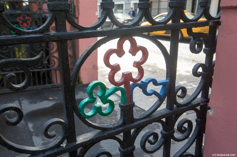 Эмблема Соединённого королевства на англиканской церкви святого Андрея. Москва