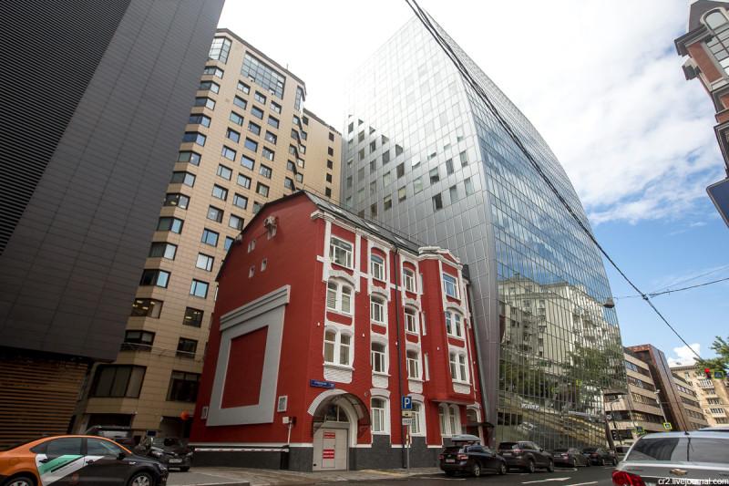 Окружённый современными высотками домик конца 19-го века. Москва