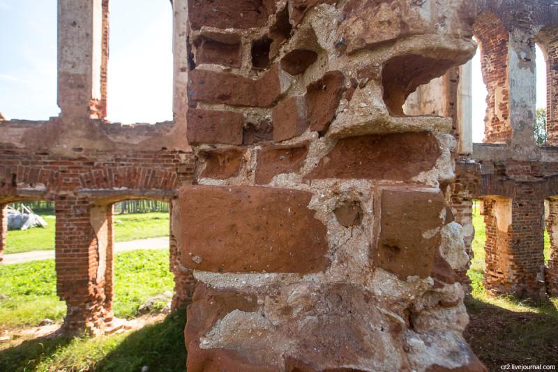 Руины усадьбы в Знаменском - памятник Ржевской битве. Кладка стены. Ржевский район, Тверская область
