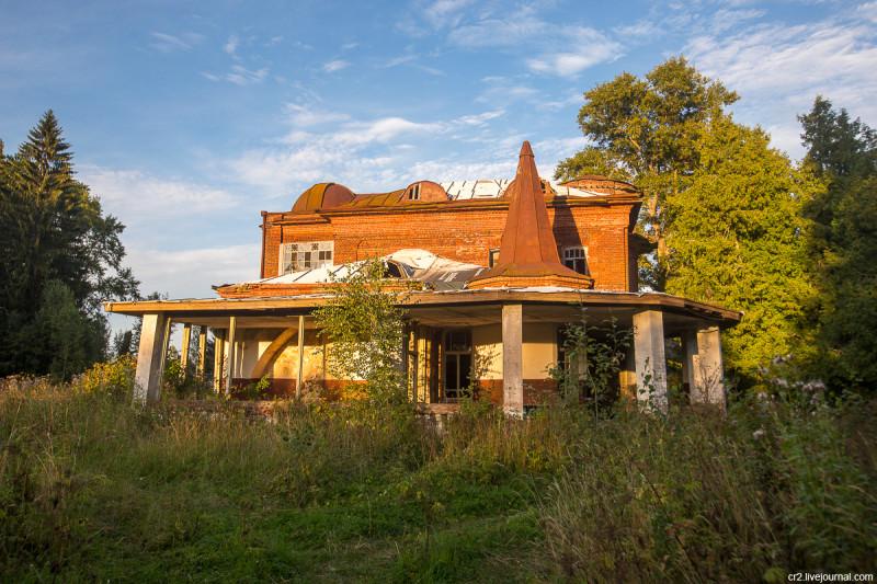Заброшенная усадьба Матренино, бок барского дома. Нелидовский городской округ, Тверская область