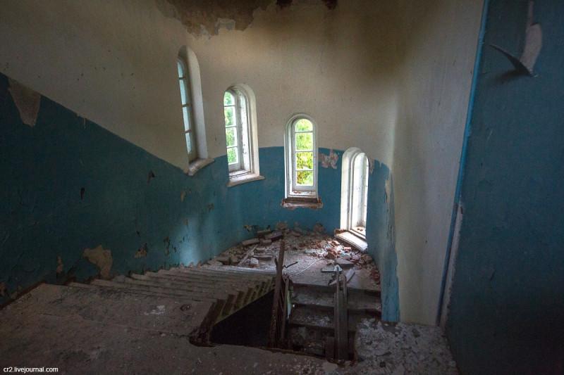 Заброшенная усадьба Матренино, лестница на 2-й этаж. Нелидовский городской округ, Тверская область