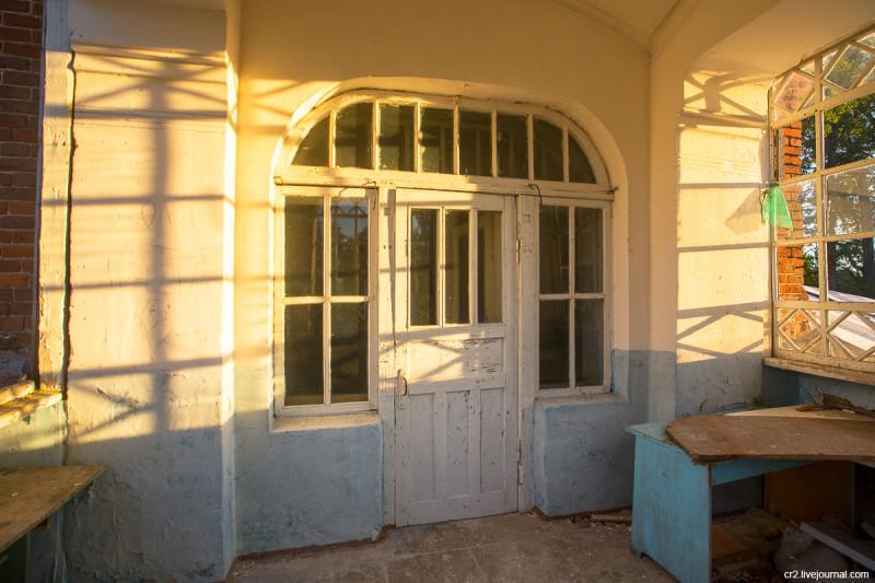 Заброшенная усадьба Матренино, терраса над парадным входом. Нелидовский городской округ, Тверская область