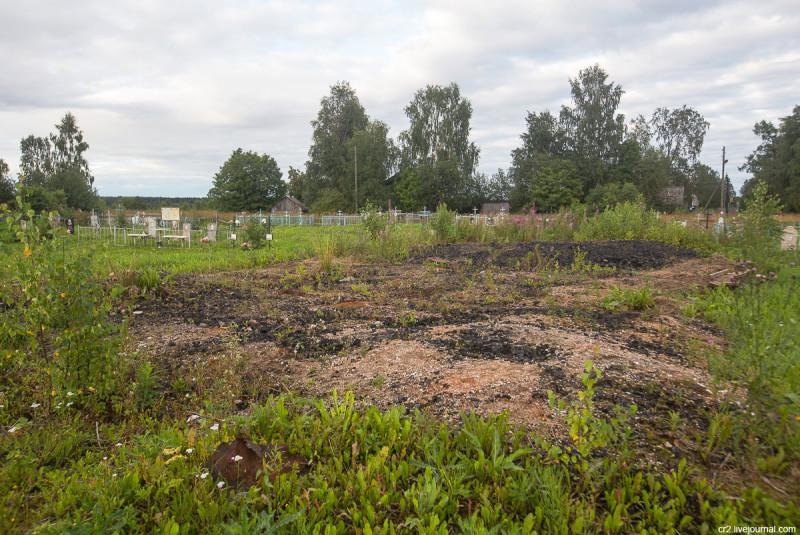 Место сгоревшей в 2013 году Покрово-Власьевской церкви. Столетовская (Лядины), Архангельская область