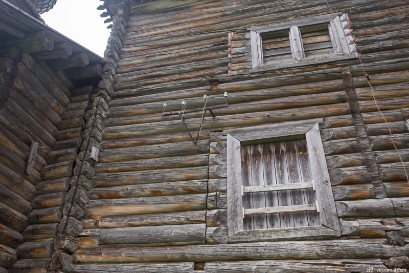 Церковь Иоанна Златоуста в Саунино. Детали на стене храма. Каргопольский район, Архангельская область