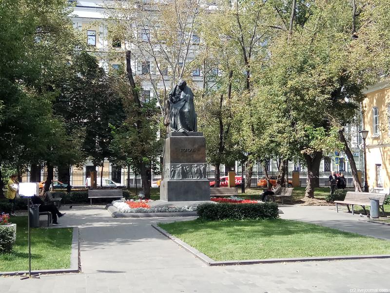 """Первый, он же """"мрачный"""", памятник Николаю Гоголю. Москва, двор на Никитском бульваре"""