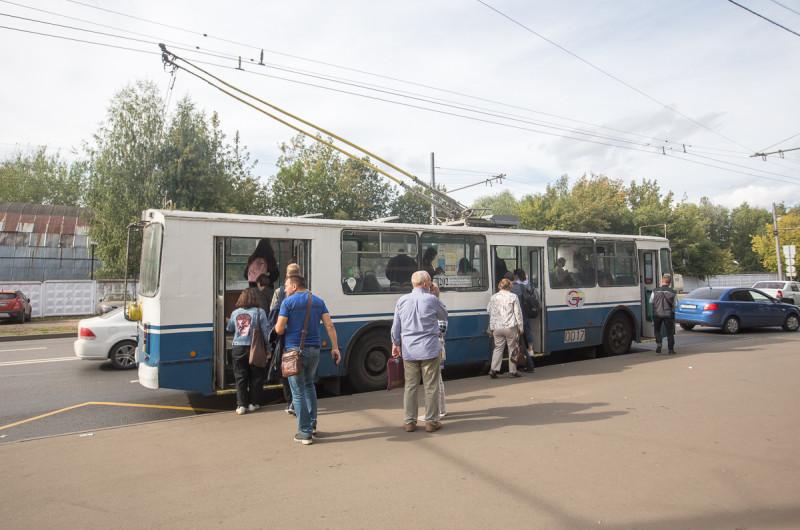 """Химкинский троллейбус у метро """"Планерная"""" в Москве."""