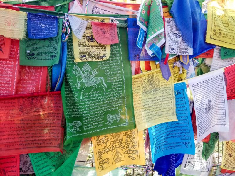 Буддийские разноцветные флажки у пагоды Рая. Москва. Фото автора поста