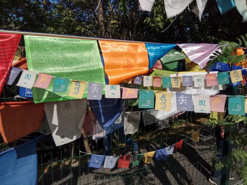 Буддийские разноцветные флажки у Ступы Просветления. Москва. Фото автора поста
