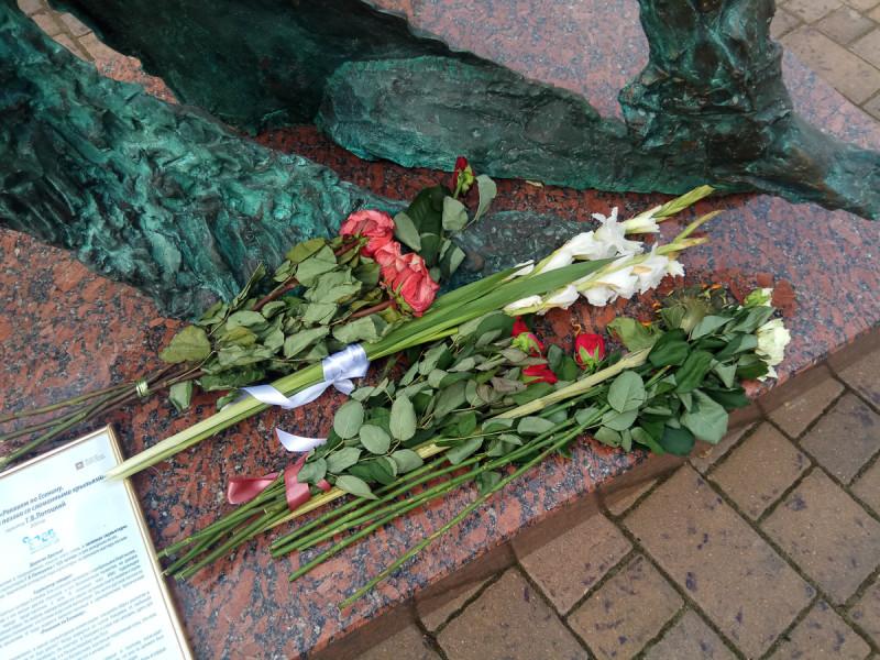 Цветы у нового памятника Есенину во дворе музея поэта. Москва. Фото автора поста