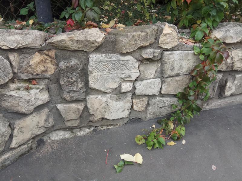 Ограда из странных камней, детали. Москва. Фото автора поста